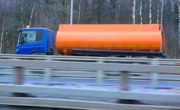 在冬天高速公路的加油车 库存照片