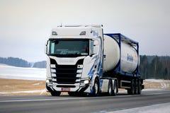 在冬天高速公路的新的斯科讷散装运输 免版税库存图片