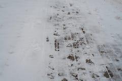 在冬天,一个积雪的铺的块在城市 从起动的脚印在雪 边路在雪的冬天 免版税图库摄影