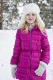 在冬天,积雪的杉木森林播放一美好的一点gir 免版税库存照片