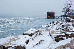 在冬天, 2017年12月24日使底特律河的看法环境美化 库存照片