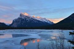 在冬天登上Rundle和银朱的湖,班夫, AB 库存图片