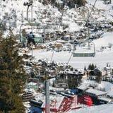 在冬天-冬季体育概念期间,在意大利滑雪区域的驾空滑车在积雪的阿尔卑斯和杉树 免版税库存图片