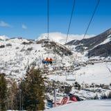 在冬天-冬季体育概念期间,在意大利滑雪区域的驾空滑车在积雪的阿尔卑斯和杉树 免版税图库摄影