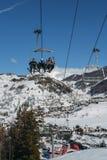 在冬天-冬季体育概念期间,在意大利滑雪区域的驾空滑车在积雪的阿尔卑斯和杉树 图库摄影