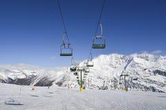 在冬天-冬季体育概念期间,在意大利滑雪区域的驾空滑车在积雪的阿尔卑斯 库存照片