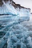 在冬天Baikal湖的岩石 库存图片