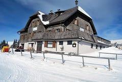 在冬天Fischbacher山的Roseggerhaus瑞士山中的牧人小屋 库存图片