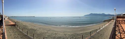 在冬天inverno的意大利海滩在spiaggia脚底太阳 库存图片