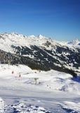 在冬季体育手段的悬索铁路在瑞士阿尔卑斯 免版税图库摄影