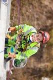 在冬季化工作期间的工业登山人 图库摄影