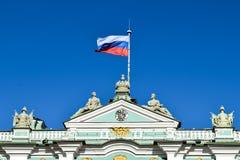 在冬宫下的Vlasov旗子在圣彼德堡,俄罗斯 免版税库存照片