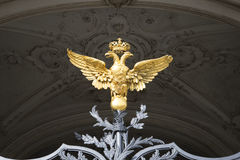 在冬宫的格栅的二重带头的老鹰 圣彼德堡 库存图片