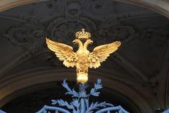 在冬宫的门的二重带头的老鹰 免版税库存照片