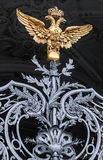 在冬宫门的金黄两头老鹰 圣彼德堡 图库摄影
