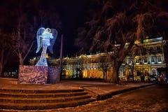 在冬宫附近的圣诞节天使 免版税图库摄影