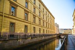 在冬宫,圣彼德堡,俄罗斯的天鹅运河堤防 免版税库存照片