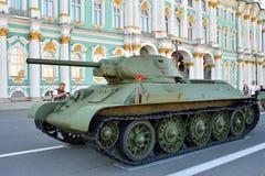 在冬宫o的背景的苏联中型油箱T-34 库存照片