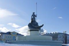 在冬日雕刻彼得罗扎沃茨克诞生奥涅加湖,彼得罗扎沃茨克,俄罗斯的堤防的 库存图片