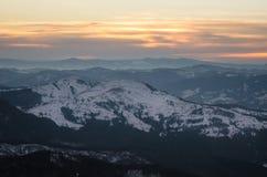 在冬时的山风景在Carphatians 库存照片