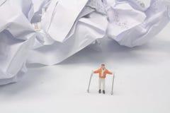在冬时的微型图滑雪者 免版税图库摄影