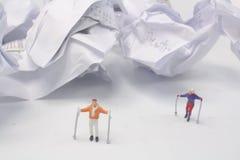 在冬时的微型图滑雪者 库存照片