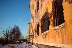 在冬时的被干扰的大厦 库存照片