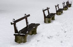 在冬时的长木凳 免版税库存照片