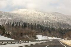在冬时的高速公路 免版税库存图片