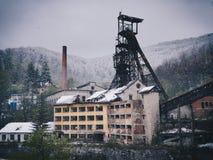 在冬时(重下雪)的被放弃的开采的设施 免版税库存图片