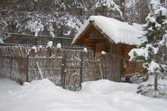 在冬景花园的一点日志小屋 免版税库存图片
