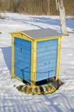 在冬景花园的五颜六色的木蜂箱 免版税库存照片