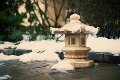 在冬景花园的日本石灯笼 免版税库存图片
