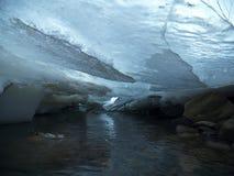 在冰下山河在日落的冬天在乌克兰 库存图片
