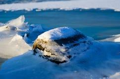 在冰下的石头 免版税库存图片