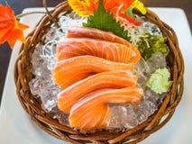 在冰供食的三文鱼生鱼片 免版税库存照片