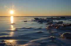 在冰冷的冬天海岸的阳光 库存图片