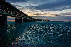 在冰冷的水域反映的Ãresund桥梁 免版税库存图片