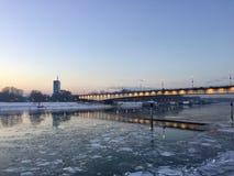 在冰冷的河的桥梁 库存图片