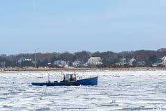 在冰冷的海湾的渔船 库存图片