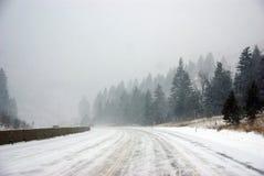 在冰冷的路的业务量 免版税库存照片