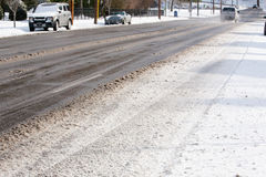 在冰冷的路的车 免版税库存图片