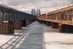 在冰冷的水的双重桥梁 图库摄影