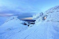 在冰和积雪的山上面打开美丽的景色 库存图片