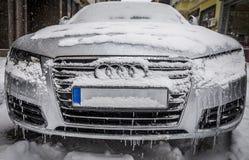 在冰和雪的冻汽车全部在一条街道上停放了在城市 被采取的2009美国自动敞篷车底特律社论国际捷豹汽车密执安模型北部显示使用xk 布尔加斯/Bulgaria/01 07 2017年 库存照片