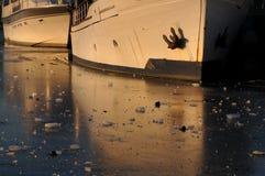 在冰困住的小船 图库摄影