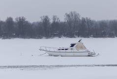 在冰困住的小船 免版税库存照片