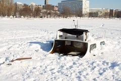 在冰埋没的小船 免版税库存图片