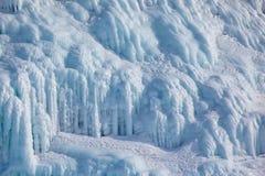 在冰墙壁上的冰柱 免版税库存图片