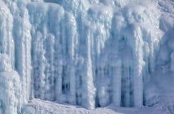 在冰墙壁上的冰柱 库存图片